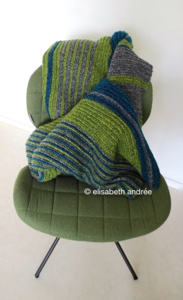 soft ribbels crochet blanket on chair